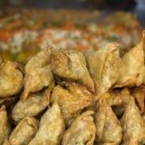 Samosas das tortas, alimento da rua em Kathmandu fotos de stock royalty free