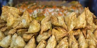 Samosas das tortas, alimento da rua em Kathmandu fotos de stock
