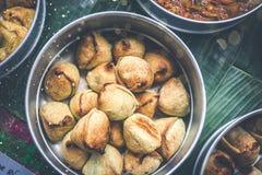 Samosas deliziosi sulla tavola, vista superiore Alimento indiano immagini stock