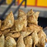 Samosas delle torte, alimento della via a Kathmandu fotografia stock libera da diritti