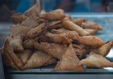 Samosas do cocktail - o indiano fritou o petisco na rua Imagens de Stock