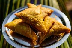 Samosas vegetarianos, comida tradicional especial india de la calle Bocados rellenos indios Samosa en la placa de metal, cierre p fotos de archivo