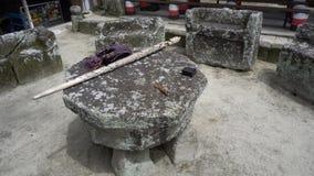 SAMOSIR, INDONÉSIA - 22 DE JUNHO DE 2016: Cadeiras de pedra do canibal usadas para execuções vídeos de arquivo