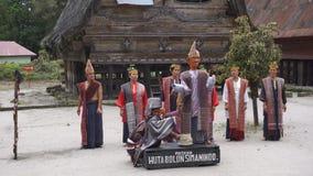SAMOSIR, INDONÉSIA - 22 DE JUNHO DE 2016: Os povos étnicos do batak executam a dança tradicional video estoque