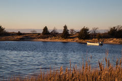 Samotna łódź przy zmierzchem, zwisu schronienie, Nowy Jork Fotografia Stock