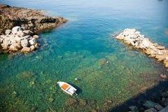Samotna łódź rybacka w Śródziemnomorskim szmaragdzie nawadnia Obrazy Stock