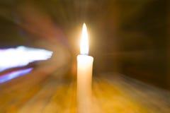 Samotna świeczka zaświeca ciemnego pokój obraz royalty free