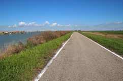 Samotna droga w regionie Delta Del Po, naturalny raj Włochy Fotografia Stock