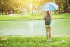 Samotna dziewczyna nastoletnia w parkowej pozyci z parasolem zdjęcie stock