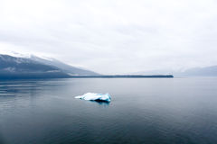 Samotna góra lodowa Zdjęcia Stock