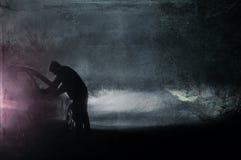 Samotna kapturzasta postać patrzeje w samochód Sylwetkowy na strasznym, kraj mgłowe zimy drogowe przy nocą ilustracja wektor