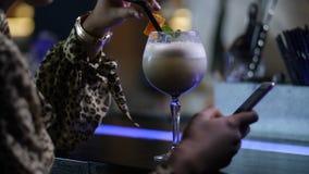 Samotna kobieta pije, networking na telefonie przy barem zbiory wideo