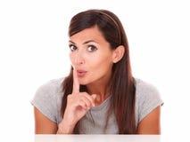Samotna młoda kobieta z cisza gestem zdjęcia stock