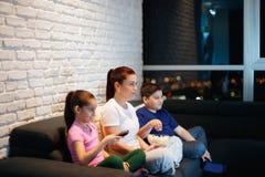 Samotna Matka I dzieci Ogląda TV Przy nocą Zdjęcia Stock