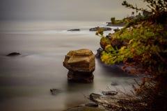 Samotna skała w dziecka ` s basenie Obraz Stock