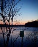 Samotna skrzynka pocztowa blisko spokojnego jeziora podczas zmierzchu obrazy royalty free