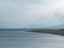 Samotnego jachtu Mglisty morze Zdjęcie Stock