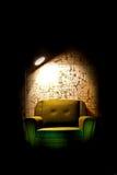 samotnego krzesła ciemny pokój Zdjęcie Royalty Free