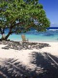 Samotność - pojedynczy deckchair dla relaksu w cieniu na b obrazy royalty free
