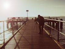 Samotny artysta na drewnianym morze moscie Mężczyzna na drewnianej dennej gramocząsteczce Obrazy Stock