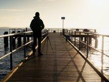 Samotny artysta na drewnianym morze moscie Mężczyzna na drewnianej dennej gramocząsteczce Obrazy Royalty Free