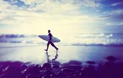 Samotny biznesmen plażą z Surfboard fotografia stock