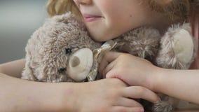 Samotny dziecko z misiem czeka rodziców brać ona od sierocina zbiory