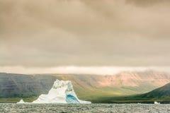 Samotny lodowej góry lodowa stojaków świadek Obraz Stock