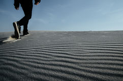 Samotny mężczyzna chodzi białego piasek Zdjęcie Stock