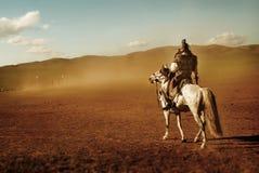 Samotny mężczyzna Gapi się Przy tłumem żołnierza wojska pojęcie Zdjęcie Stock