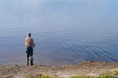Samotny mężczyzna połów fotografia stock