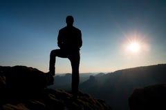 Samotny męski wycieczkowicz w góra krajobrazie przy zmierzchem przy horyzontem Piękna kolorowa halna panorama w wieczór w górach Zdjęcie Royalty Free