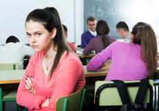 Samotny outcasted uczeń oblega innymi uczniami zdjęcie royalty free