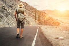 Samotny podróżnik chodzi na halnej drodze w indyjskim himalaje mou zdjęcia stock