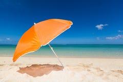 Samotny pomarańczowy sunshade Obrazy Royalty Free