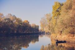 Samotny rybak w łodzi Obrazy Stock