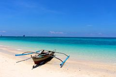 Samotny schronu czółno na puka plaży Obrazy Royalty Free
