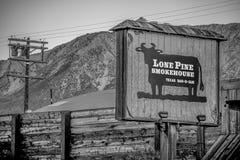 Samotny sosna dymu dom w historycznej wiosce Samotna sosna MARZEC 29, 2019 - SAMOTNY SOSNOWY CA, usa - zdjęcia stock