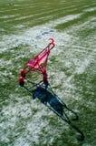 Samotny spacerowicz na boisku piłkarskim Fotografia Royalty Free