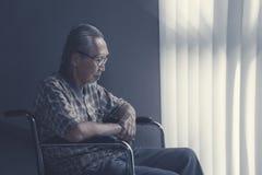 Samotny starszego mężczyzna obsiadanie na wózku inwalidzkim zdjęcie stock