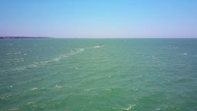 Samotny surfingowiec żegluje na ogromnym oceanie z foamy śladem zbiory wideo