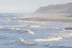 Samotny surfingowiec na szorstkim morzu Obrazy Stock