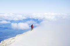 Samotny wycieczkowicz chodzi na chmurach Obraz Royalty Free