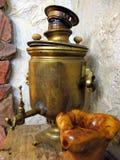 Samovar antigo de cobre, no estilo do russo Está na casa velha do russo fotografia de stock