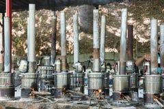 Samovar antiquado para fazer o chá que fabrica cerveja no fogo de madeira imagem de stock royalty free