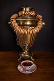 samovar caliente en la tabla con los panecillos Imagen de archivo