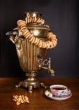 samovar caliente en la tabla con los panecillos Foto de archivo