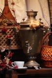 Samovar con una taza de té Fotografía de archivo