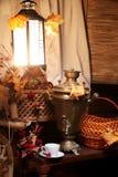 Samovar con una taza de té Imagen de archivo