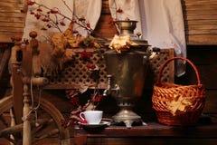 Samovar con una taza de té Foto de archivo libre de regalías